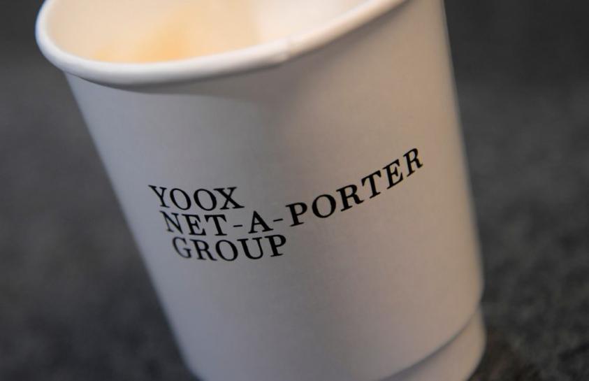 Net-a-Porter apre un 'cafè' e un pop-up store nella sede londinese di Sotheby's. L'evento segna l'ingresso dell'eCommerce company nel retail fisico